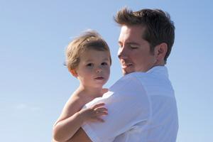 μπαμπάς με παιδί αγκαλιά