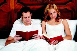 ζευγαρι διαβάζει