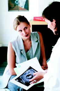 γυναίκα γιατρός μιλά σε γυναίκα ασθενή