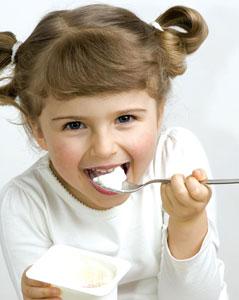 παιδί τρώει γιαούρτι