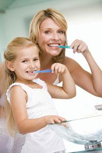 μαμά κόρη πλένουν δόντια