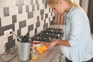 έγκυος στύβει πορτοκάλια