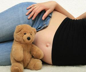 έγκυος με αρκουδάκι