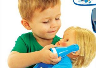 αγόρι παίζει με κούκλα