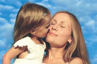 κοριτσάκι φιλά την μαμά του