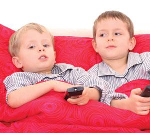 δυο αγοράκια στον καναπέ