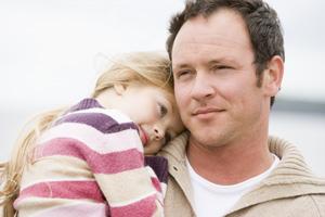 μπαμπάς με κόρη αγκαλιά