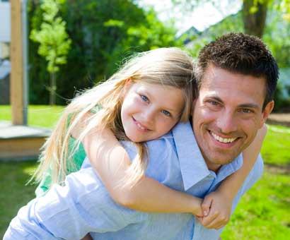μπαμπάς και κόρη αγκαλιά