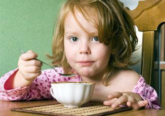 παιδί τρώει πρωινό