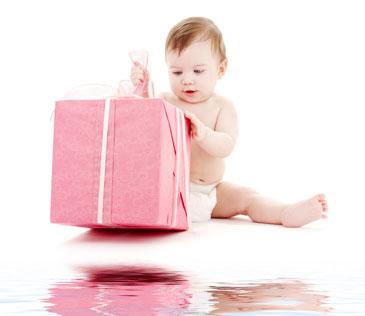 μωρό ανοίγει δώρο