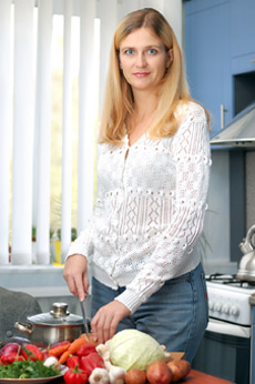 γυναίκα κόβει λαχανικά