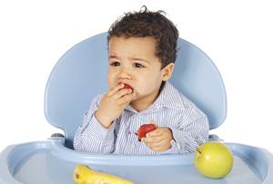 μωρό τρώει φρούτα