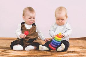 μωρά παίζουν μαζί