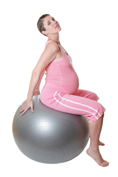 έγκυος κάνει ασκήσεις με μπάλλα