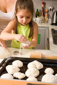 μικρό κορίτσι στην κουζίνα