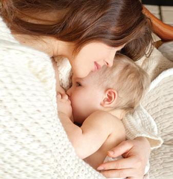 μητέρα αγκαλιάζει νήπιο