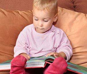 μικρό παιδί διαβάζει