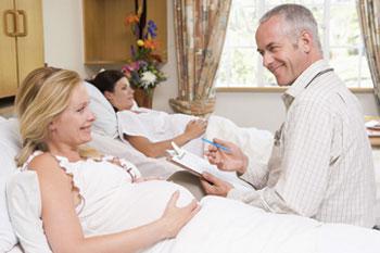 συζήτηση γιατρού με έγκυες σε μαιευτήριο