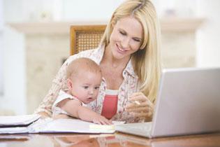 μαμά με μωρό εργάζεται