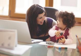 εργαζόμενη μαμά με παιδί