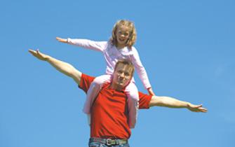 πατέρας και κόρη στους ώμους