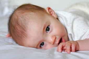 μωρο κοιτάζει τον φακό