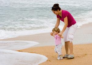 μαμά και μωρό στην αμμουδιά