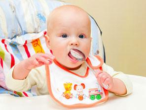 μωρό τρώει κουτάλι