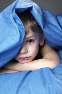 μελαγχολικό αγόρι κρυβεται στα σεντόνια