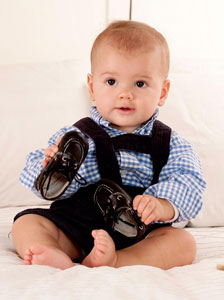 παιδί με παπούτσια
