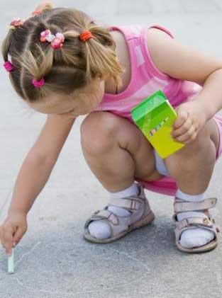 κορίτσι γράφει με κιμωλία