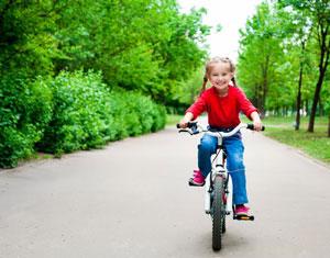 παιδί κάνει ποδήλατο