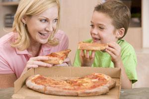 μαμά και παιδί τρώνε πιτσα