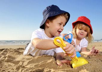 παιδιά παίζουν στην άμμο