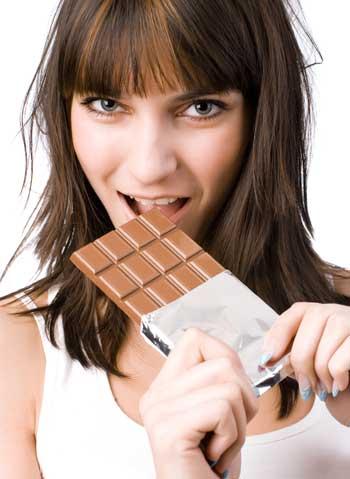 γυναίκα τρώει σοκολάτα