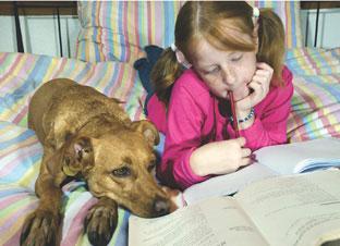 κορίτσι με σκύλο στο κρεβάτι