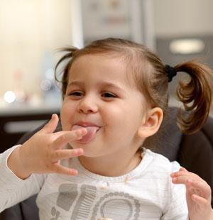 κοριτσάκι χαμογελάει