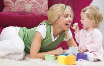 μαμά και μωρό στο πάτωμα