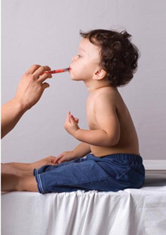 γιατρός εξετάζει μικρό ασθενή