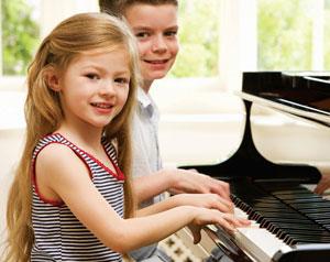 παιδιά παίζουν πιάνο