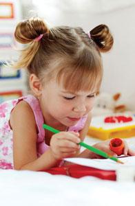 κοριτσάκι ζωγραφίζει