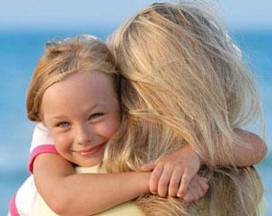 κορίτσι αγκαλιά στην μητέρα