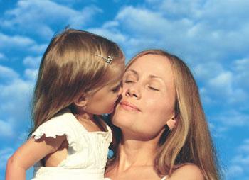 παιδί φιλάει τη μαμά