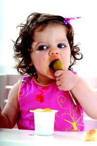 μωρό τρώει με τα χέρια