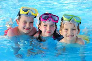 παιδιά στην πισίνα