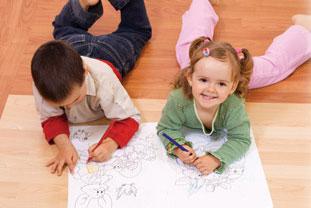 δύο παιδιά ζωγραφίζουν