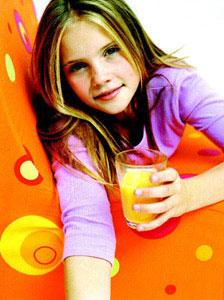παιδί πίνει χυμό