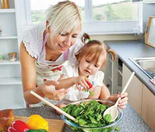 μαμά και κόρη κουζίνα
