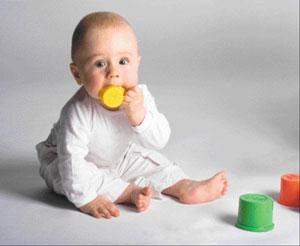 μωρό παιχνίδι στο στόμα