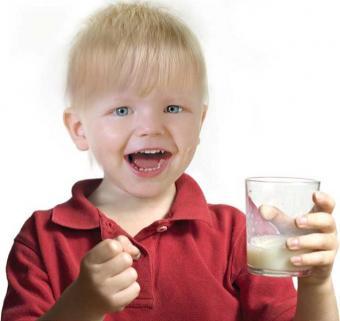 παιδί πίνει γάλα